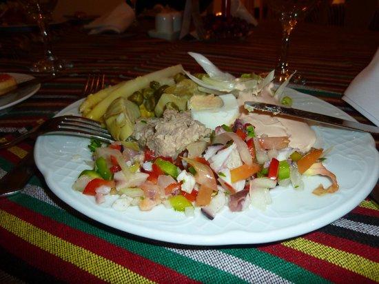 Parque del Sol: Mix your salad at the hotel's restaurant.
