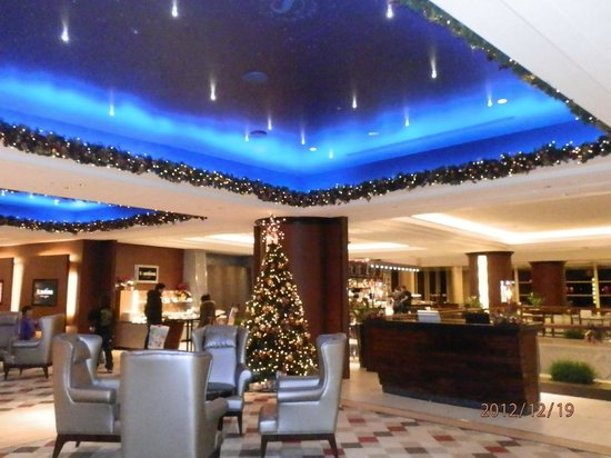 Sheraton Grande Tokyo Bay Hotel: Christmas lights in the lobby