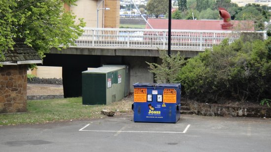 Leisure Inn Penny Royal Hotel & Apartments: Great view of the dumpster in the carpark