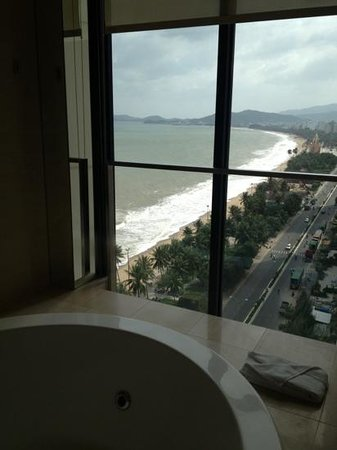 Sheraton Nha Trang Hotel and Spa: view from Bathtub/whirlpool