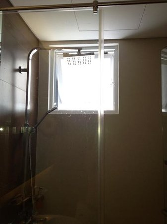 Green Peace Hotel: shower