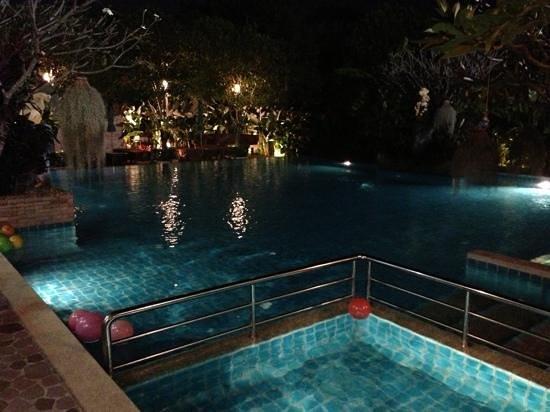 วิลล่า วนิดา การ์เด้น รีสอร์ท: Lounge pool at night