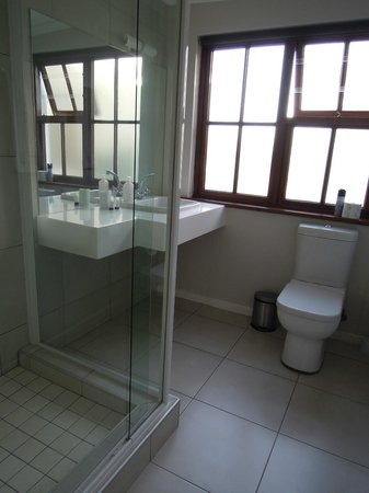 Cornerstone Guesthouse: Our bathroom with a welcoming powerful shower