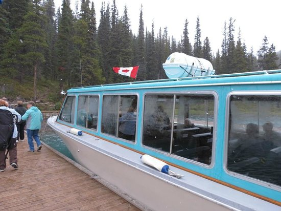 Maligne Lake Cruise: Our boat with foggy windows