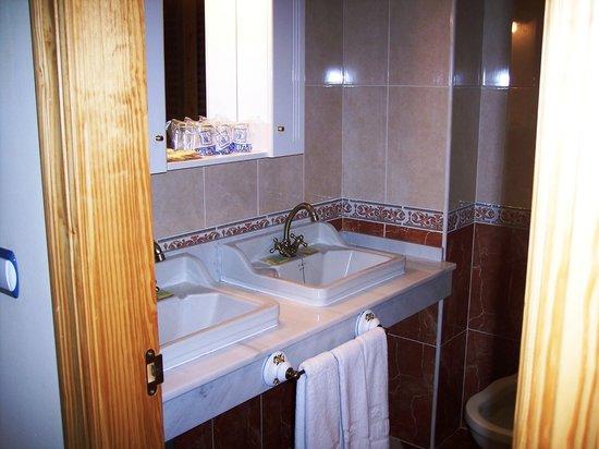 Hotel Castillo Lanjaron: Detalle de baño en habitación