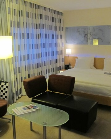 Le Meridien Frankfurt: The room with the bed that kept pulling me into the middle