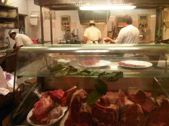 Osteria Nuovo Convento: la cucina del ristorante con l'ottima carne esposta al pubblico