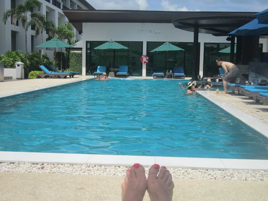 Samui Resotel Beach Resort: Relaxing by the pool