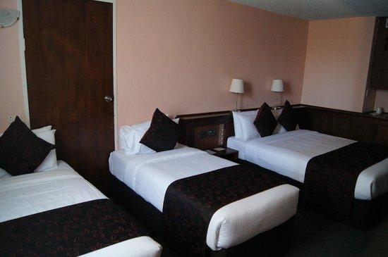 Kings Perth Hotel: Widok pokoju od strony okien i od strony biurka.