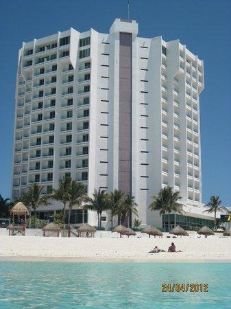 Krystal Grand Punta Cancun: hotel visto da praia