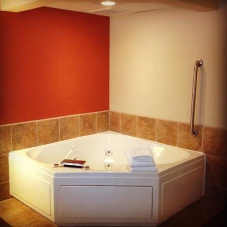 AmericInn Lodge & Suites Munising: king jacuzzi suite