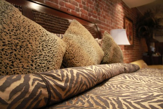 Hotel Kutuma: king bed