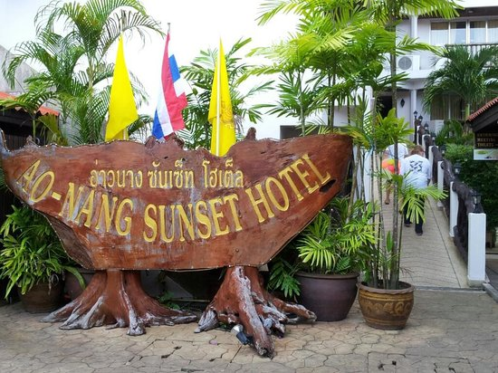 Ao-Nang Sunset Hotel: Hotel entrance. The Slope to the room.