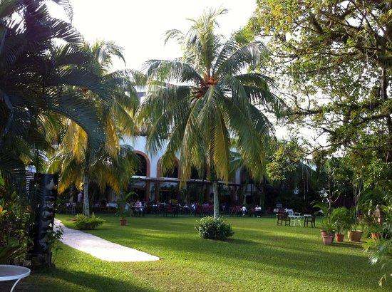 PARKROYAL Penang Resort, Malaysia: プール側の庭から、朝食を食べるレストランを撮った写真
