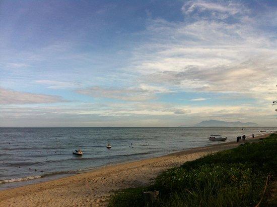PARKROYAL Penang Resort, Malaysia: ホテル前のビーチ 砂浜は綺麗です