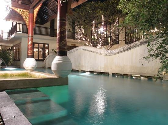Puripunn Baby Grand Boutique Hotel : Puripunn swimming pool at night; wonderful ambience