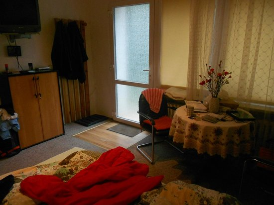 Lakeside Bed & Breakfast Berlin - Pension Am See: Table and chairs in our room