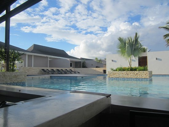Trupial Inn: pool and fitness room behind