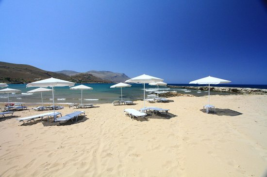 Nautilus Bay Hotel: Ombrellas and sunbeds on the beach