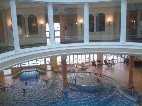 Hotel All'Alba: Vista piscina dal centro benessere