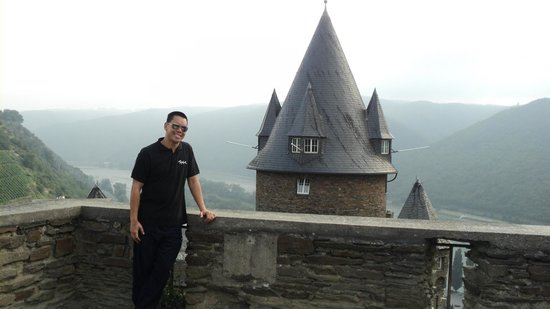 Burg Stahleck: Me overlooking Castle Bacharach.
