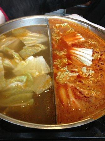 Nouveau Village Tao-Tao : Les deux bouillons pour faire cuire les fruits de mer et la viande... goût saté (cacahuétes)