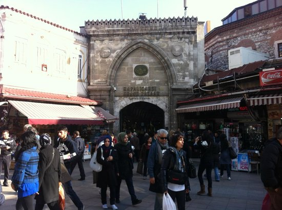 Sultanahmet District: Mercatino antistante all'ingresso del Gran Bazar