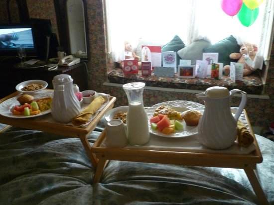 Gosby House Inn - A Four Sisters Inn: Breakfast in bed