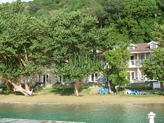 Blue Waters Inn: View of rooms from jetty