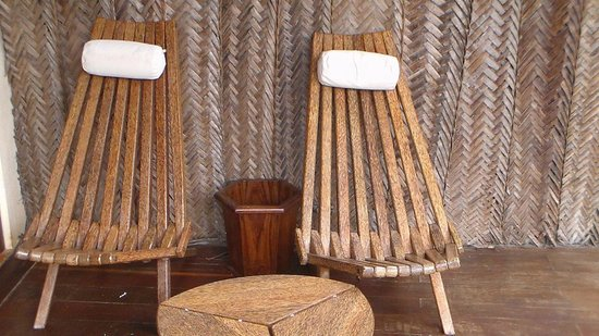 Azanzi Beach Hotel: Relaxing chairs on the patio!