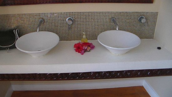 Azanzi Beach Hotel: Double basins in bathroom