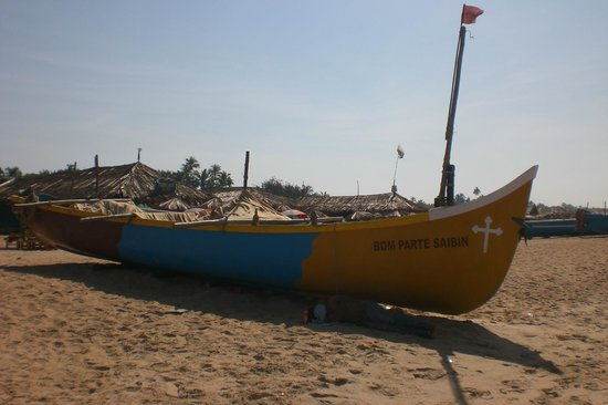 Casa De Goa Boutique Resort: fishing boat at the beach
