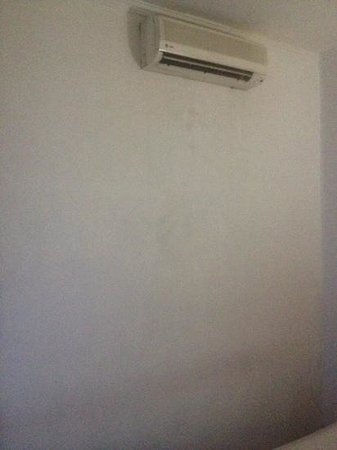 Pardede International Hotel : mold on walls. (not just under air con)