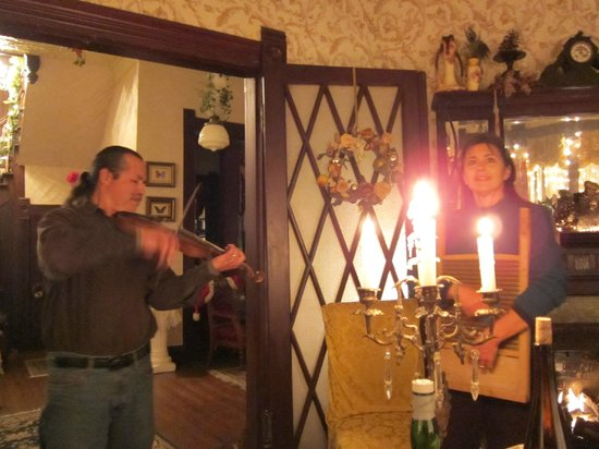 Carleton House Bed & Breakfast: Steve and Karen playing music during our first candlelight dinner!