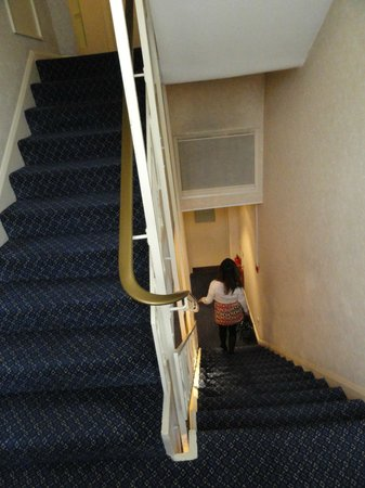 Mercure London Kensington: Hotel stairs