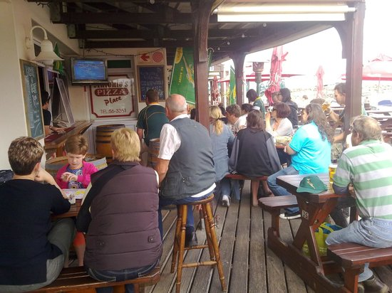 Antonios Pizza Place : Sports on the deck