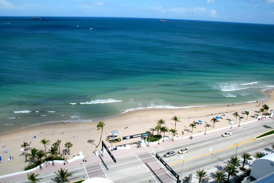 Hilton Fort Lauderdale Beach Resort: View of beach from room balcony