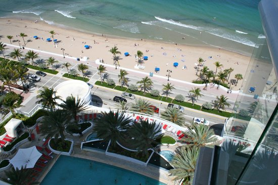 Hilton Fort Lauderdale Beach Resort: View from room of beach and pool