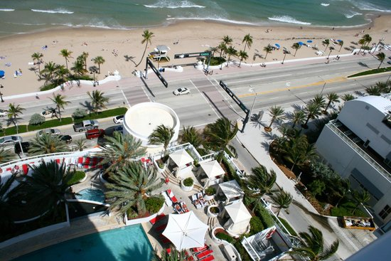 Hilton Fort Lauderdale Beach Resort: View from room balcony of street and beach