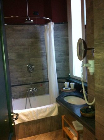 Camperio House Suites & Apartments: Shower