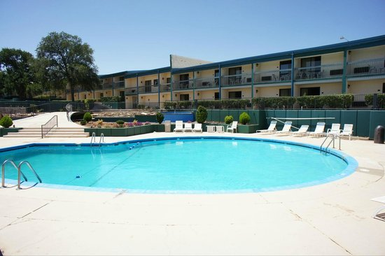 Lincoln Inn Hotel & Suites: Sunny Pool Area