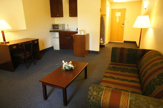 Lincoln Inn Hotel & Suites: each room has a microwave and mini fridge