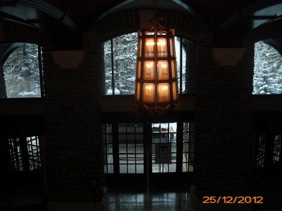 ذا فيرمونت بانف سبرنجز: Over looking the entrance. 