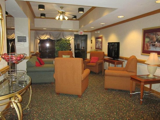 Hampton Inn White River Junction : sitting area near lobby