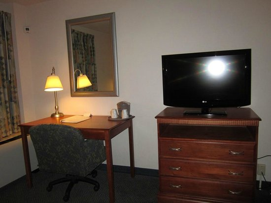 Hampton Inn White River Junction : Desk area
