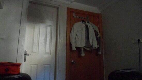 Sevila Hotel: armadio a porta 