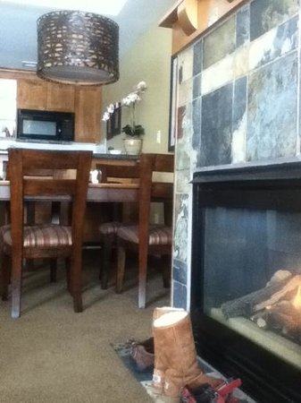 Sundial Lodge at Canyons Resort: Fireplace, kitchen area