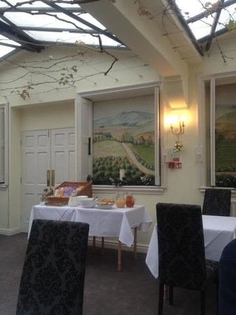 Grapevine Hotel: breakfast conservatory
