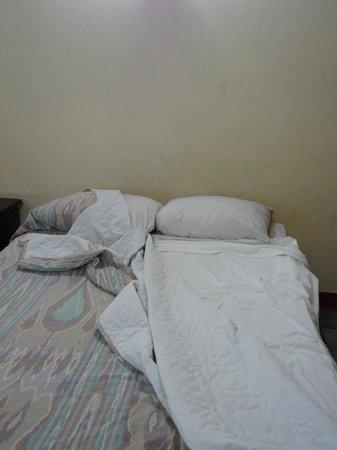 Tropicana Inn: dirty linin on  bedroom
