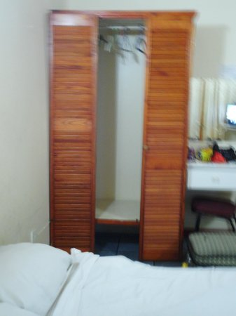 Tropicana Inn: wardrobe in bedroom